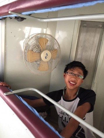 The fan was the only thing keeping us from sweating profusely. However, during long train stops, the fan stops working because there is no electricity.