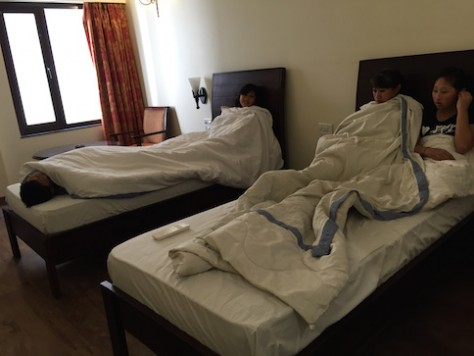 It was heaven for the children to be in an air-con hotel room in Jaipur. They had not felt cold until now since they arrived in India.